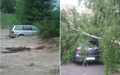 Popadané stromy a ľudia uväznení vo vlastných autách. Búrky na Slovensku narobili obrovské škody, zasahujú hasiči
