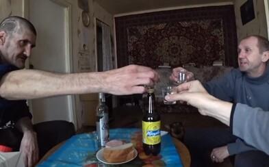 Popíja vodku v sovietskom byte a objavuje zakázanú zónu Černobyľu. Zbankrotovaný youtuber je novým hitom internetu