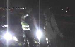 Popíjející mládež v Praze utekla před strážníky. Jednoho lumpa se však podařilo polapit, protože nebyl schopen chůze