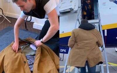 Poplatkom Ryanairu za batožinu sa vyhol tak, že si všetko napchal do kabáta. Nikto ho nemal odvahu zastaviť