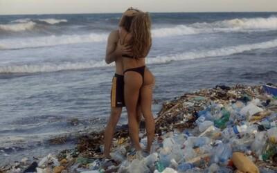 Pornhub natočil porno na pláži plnej plastového odpadu. Za každé pozretie prispeje na čistenie oceánov