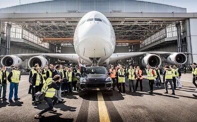 Porsche Cayenne se zapsalo do Guinnessovy knihy. 42 metrů táhlo 285tunový Airbus A380