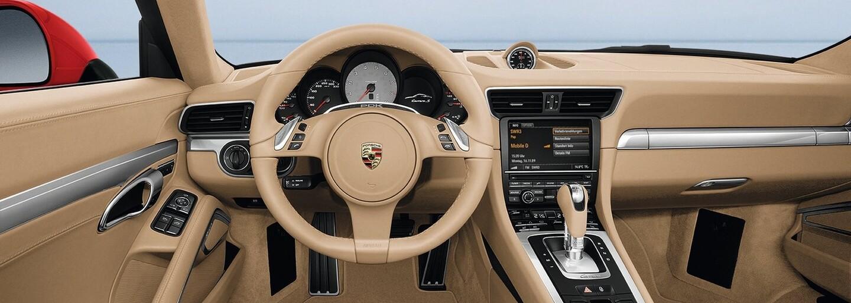 Porsche rieši kuriózny problém. Svojim zákazníkom musí značka preplatiť slnečné okuliare