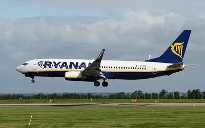 Posádka Ryanairu nařídila matce, aby přestala kojit své dítě