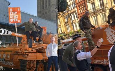 Posilky musia zostať otvorené! Briti zaparkovali tank pred parlamentom na výstrahu pre vládu, ktorá zatvorila posilňovne