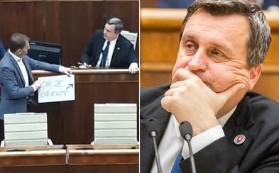 Poslanci parlamentu tvrdia, že Andrej Danko bol na schôdzi opitý. 3-krát odmietol dychovú skúšku a obul sa do Zuzany Čaputovej