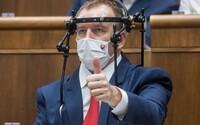 Poslanci s koronavírusom môžu ísť do parlamentu. Hlavný hygienik upravil vyhlášku, aby pomohol vláde predĺžiť núdzový stav