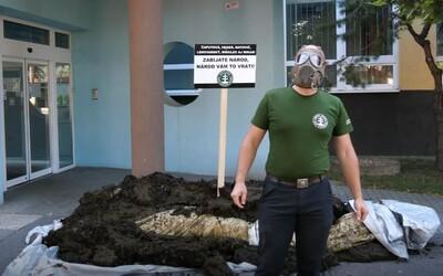 Poslanec ĽSNS vysypal pred budovu ÚVZ SR kopu hnoja a pózoval pri nej v plynovej maske. Úrad na to reagoval s humorom