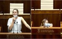 Poslankyňa si v parlamente zložila rúško a schovala sa pod pult. Vraj nemohla dýchať, rozpravu prerušila výbuchom smiechu