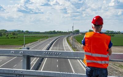 Posledný úsek rýchlostnej cesty R7 ani v nedeľu neotvoria. Bratislavčania si na obchvat ešte počkajú