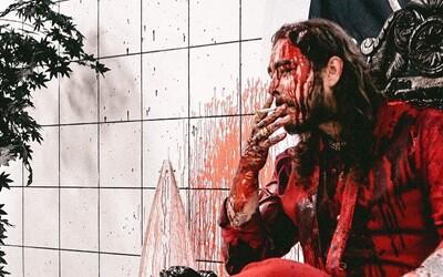 Post Malone a 21 Savage predstavujú videoklip plný samurajských mečov a krvi ku skladbe roka Rockstar