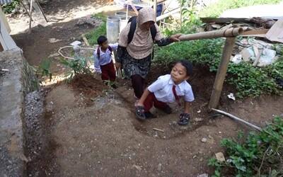 Postihnutý 8-ročný chlapec chodí po štyroch 3 kilometre každý deň, aby sa dostal do školy. Vozík na skalnatom teréne nemôže použiť