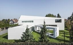 Posuvná terasa a dizajn z budúcnosti. Uznávaný poľský architekt opäť čaroval