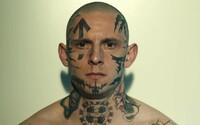 Potetovaný neonacista Jamie Bell zradí gang agresivních extremistů a stane se informátorem