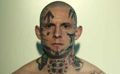Potetovaný neonacista Jamie Bell zradí gang agresívnych extrémistov a stane sa informátorom