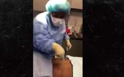 Potrhlá chirurgyně čelí žalobě. Během operace si s kolegy udělala diskotéku