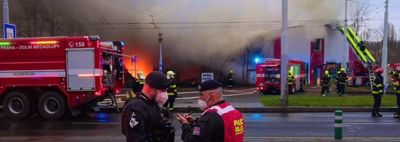 Požár v Praze: U hořící haly zasahovalo 60 hasičů, oblak kouře monitoruje vrtulník