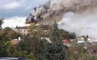 Požiar kaštieľa v Ožďanoch: Zhorela celá strecha, škody vyčíslili na 300-tisíc eur