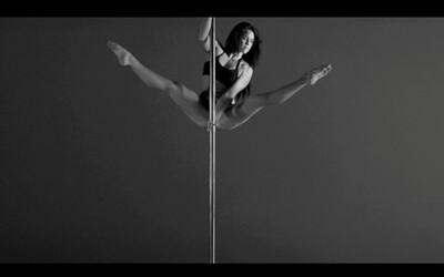 Pozrite si profesionálnu tanečnicu pri tyči v spomalenom videu