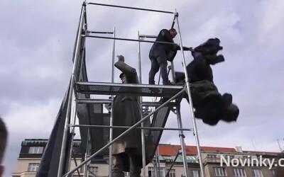 Praha 6 odstraňuje od sochy sovětského maršála plot i lešení, potřela ji antigraffiti nátěrem