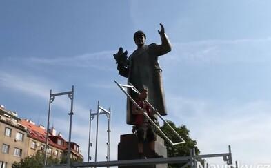 Praha 6 zakrývá plachtou sochu sovětského maršála Koněva, aby ji už nikdo znovu nepomaloval