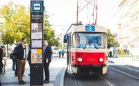 Praha testuje nové zastávkové označníky, ten první má elektronický displej s aktuálními odjezdy a příjezdy