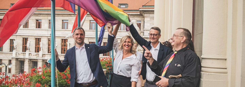 Praha v barvách duhy. Pražský magistrát na počest Prague Pridu vyvěsil duhovou vlajku