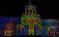 Praha vítala rok 2020 videomappingem na Národním muzeu. Akce nahradila ohňostroj
