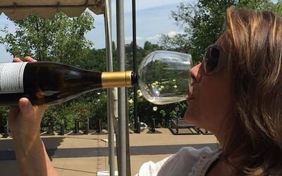Praktický nástavec ve tvaru poháru zajistí, že už nebudeš muset pít víno přímo z flašky
