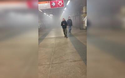 Pražany překvapil v metru hustý dým. Způsobil ho požár eskalátorů