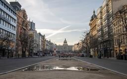 Prázdné centrum Prahy jen pár hodin po vyhlášení zákazu volného pohybu. Ticho a poházené koloběžky