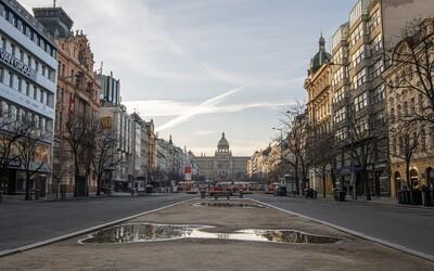 Prázdne centrum Prahy len pár hodín po vyhlásení zákazu voľného pohybu. Ticho a pohádzané kolobežky