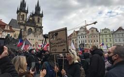 """Pražská demonstrace proti restrikcím: """"Prymulu do plynu,"""" pořvával jeden z mužů"""