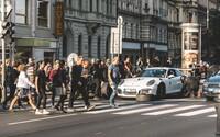 Pražská križovatka zažila v dobe najväčšej špičky atmosféru Formuly 1! Mechanici prezuli Porsche na semafore