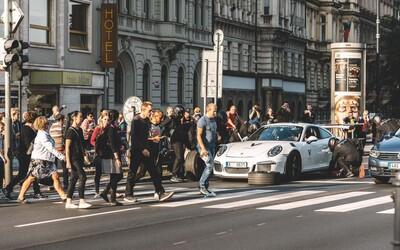 Pražská křižovatka zažila v době největší špičky atmosféru Formule 1! Mechanici přezuli Porsche na semaforu
