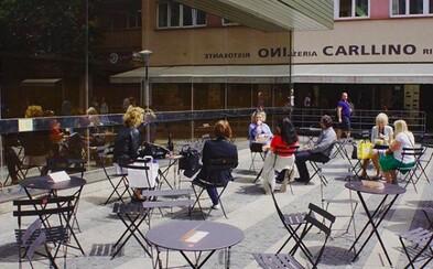 Pražské židle & stolky se opět objeví v ulicích. Tentokrát hned na 60 místech