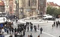 Pražský protest: Radikální fanoušci zaútočili na policii, ta proti nim nasadila i vodní dělo