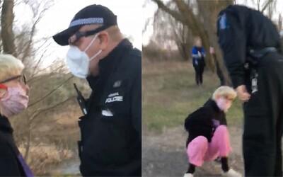 Pražský strážník devatenáctileté dívce místo pokuty vrazil facku. Incident řeší inspekce
