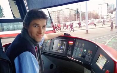 Pražský tramvaják: Každému z nás se občas stane, že do práce zaspí. Cestující někdy v ruce radši drží telefon než sebe