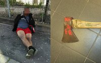 Pražští strážníci řešili opilé agresory bez roušky. Jeden muž máchal sekerou, jiný je posílal pracovat do Kauflandu