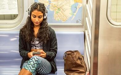 Proč máme problém sednout si vedle přitažlivé osoby? Tyto psychologické fenomény ovládají náš každodenní život