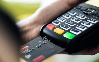 Prečo platiť v potravinách kartou? Ušetríš čas, nervy aj peniaze