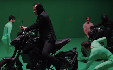 Pred a po CGI: Motorku Johna Wicka tlačili muži v zelených kostýmoch, zatiaľ čo on sekal zabijakov