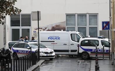 Před bývalou redakcí Charlie Hebdo byli pobodáni dva lidé
