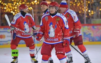 Před Putinovými střelami brankář tradičně uhýbal. Policie zatím jeho politickému oponentovi řezala dveře motorovou pilou