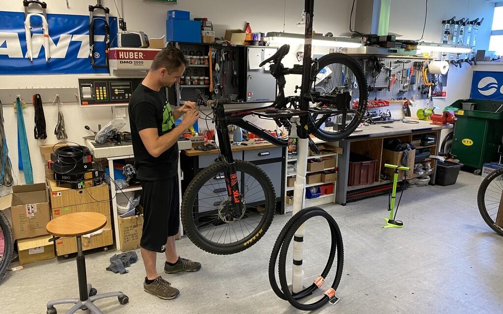 Predajca bicyklov: Je to ako s autom, ľudia si často kúpia 3-tisícový bajk z bazáru a sú prekvapení, koľko stojí servis (Rozhovor)