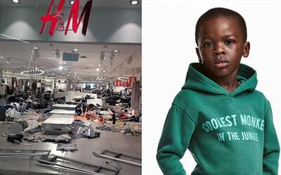 Predajňu H&M zdevastovali ako odplatu za rasistickú mikinu. Značka sa vraj má zbaliť a rovno odísť, pretože ju nebudú tolerovať