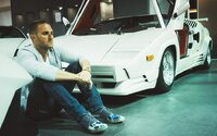 Predal už autá Lamborghini v hodnote 1 miliardy dolárov a svoj úspech postavil na sociálnych sieťach. Brett pritom mal otcovu firmu predať