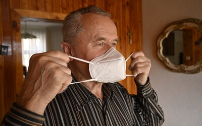 PŘEHLEDNĚ: Do obchodu či MHD jenom s respirátorem, většina prodejen zůstává zavřená