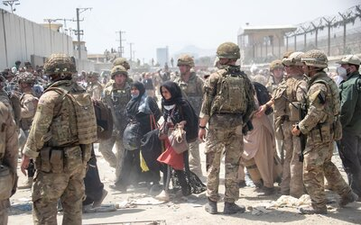 Přehledně: Co se stalo na kábulském letišti? Po výbuchu přišlo o život 13 vojáků USA, útočil ISIS